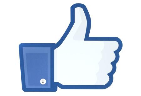 KIEV, UCRÂNIA - 26 de maio de 2015: os polegares para cima sinal Facebook impresso em papel. Facebook é um serviço de rede social bem conhecido