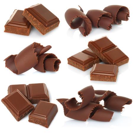 chocolate melt: Trucioli di cioccolato con blocchi impostati su sfondo bianco Archivio Fotografico