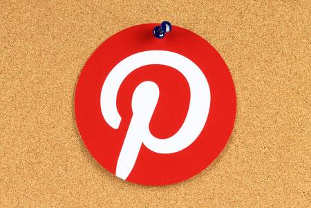 KIEV, UCRÂNIA - 25 de maio de 2015: Pinterest logotipo impresso em papel e fixada na placa de boletim da cortiça. Pinterest é foto site de compartilhamento Editorial