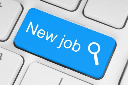 entrevista de trabajo: Nuevo bot�n azul de trabajo en el teclado blanco Foto de archivo