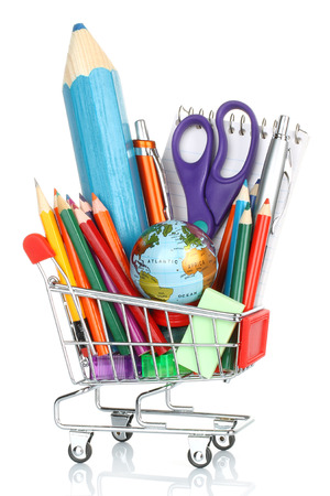 papeleria: equipos de oficina de la escuela en la cesta sobre fondo blanco