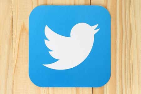 KIEV, Oekraïne - 30 april 2015: Twitter logo vogel gedrukt op papier. Twitter is een online social networking dienst die gebruikers in staat stelt te verzenden en te lezen korte berichten.