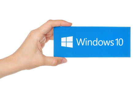 windows: KIEV, Ucrania - 18 de agosto, 2015: La mano sostiene Windows 10 logotipo impreso en papel. Windows 10 es un sistema operativo desarrollado por Microsoft.