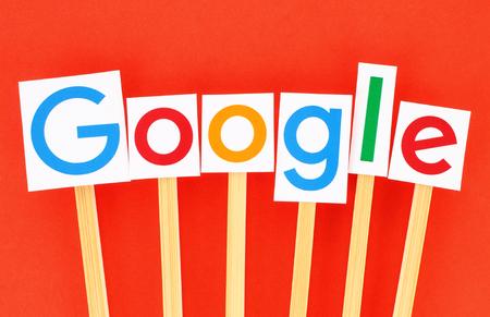 KIEV, UCRÂNIA - 02 de setembro de 2015: Novo logótipo Google impresso em papel, recortado e colado em sticks.Google de madeira é EUA corporação multinacional especializada em serviços relacionados à Internet.