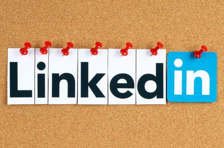 Kiev, Ucrânia - 07 de outubro de 2015: sinal do logotipo Linkedin impresso em papel, corte e fixado na placa de boletim da cortiça. Linkedin é um serviço de rede social empresarial. Editorial