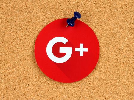 키예프, 우크라이나 -2010 년 10 월 7 일 : 코 플 린 게시판에 잘라내어 고정 된 용지에 새로운 Google Plus 로고가 인쇄되어 있습니다. Google은 미국 다국적 기