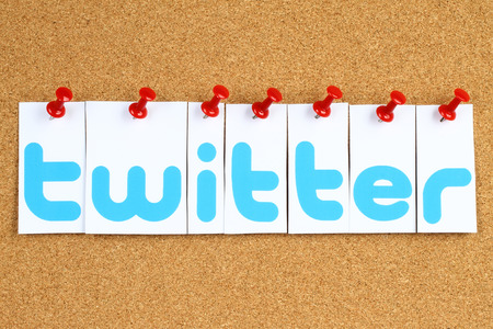 Kiev, Oekraïne - 30 september 2015: Twitter logo gedrukt op papier, knippen en vastgemaakt op kurk bulletin board.Twitter is een online social networking service.