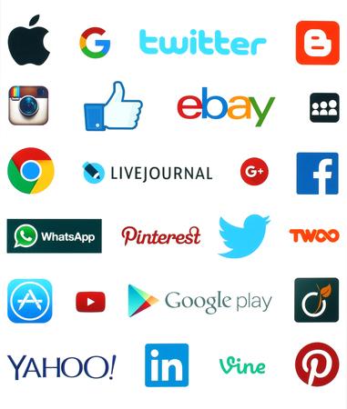interaccion social: KIEV, Ucrania - 19 de septiembre, 2015: Colección de logotipos de las redes sociales más populares: Facebook, Twitter, Google Plus, Instagram, Livejournal, WhatsApp, Pinterest, Blogger y otros impresos en papel blanco.