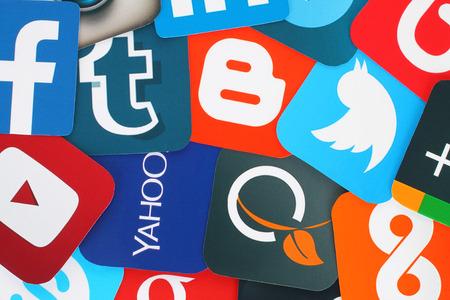 Kiev, Ukraine - Juillet 01, 2015: Contexte de célèbres icônes de médias sociaux tels que: Facebook, Twitter, Blogger, Linkedin, Tumblr, Myspace et autres, imprimées sur papier. Éditoriale