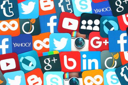medios de comunicación social: Kiev, Ucrania - 11 de enero 2016: Antecedentes de famosos iconos de medios sociales como: Facebook, Twitter, Blogger, Linkedin, Tumblr, Myspace y otros, impresos en papel. Editorial
