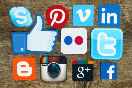 Kiev, Ucrânia - 15 de abril de 2015: Coleção de logotipos populares de mídia social impressos em papel: Facebook, Twitter, Google Plus, Instagram, Skype, Pinterest e Blogger no fundo de madeira velha Editorial
