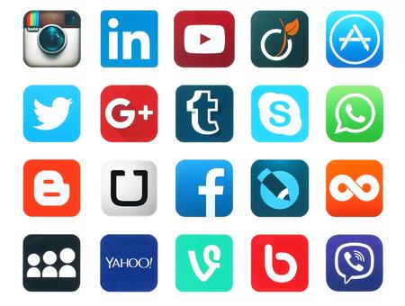 Kiev, Ucrânia - 23 de janeiro de 2016: populares ícones de mídia social, tais como: Facebook, Twitter, Blogger, Linkedin, Tumblr, MySpace e outros, impressos em papel branco.