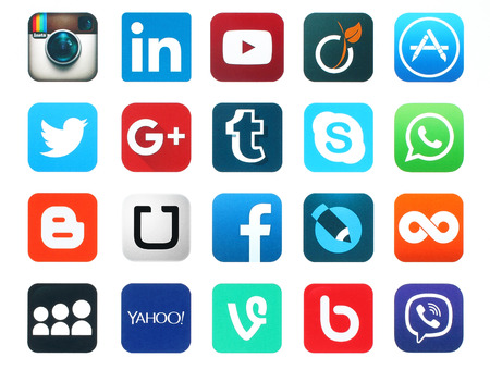iconos: Kiev, Ucrania - el 23 de de enero de, 2016: Iconos populares redes sociales como: Facebook, Twitter, Blogger, Linkedin, Tumblr, Myspace y otros, impresos en papel blanco.