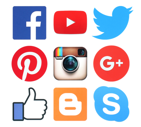 Kiev, Ucrânia - 08 de fevereiro de 2016: Coleção de populares sinais logotipo de mídia social impressos em papel: Facebook, Twitter, Google Plus, Instagram, Pinterest, Skype, YouTube e Blogger