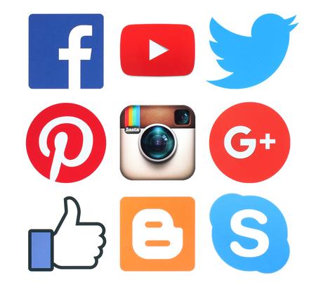 Kijów, Ukraina - 8 lutego 2016: Zbiór popularnych mediów społecznych logo znaków drukowanych na papierze: Facebook, Twitter, Google Plus, Instagram, Pinterest, Skype, YouTube i Blogger
