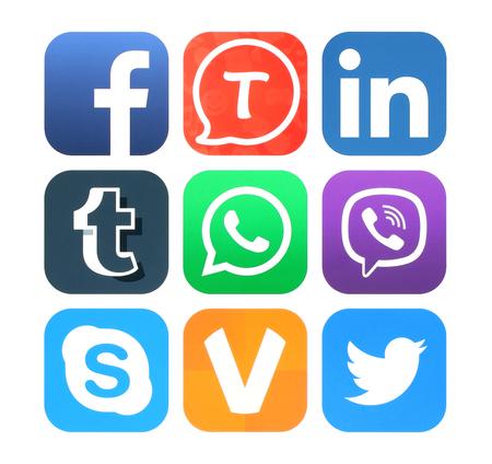 Kiev, Ucrânia - 17 de fevereiro de 2016: A coleção de ícones populares de redes sociais impresso em papel: Facebook, Tango, Linkedin, Tumblr, WhatsApp, Viber, o Skype, ooVoo e Twitter Editorial