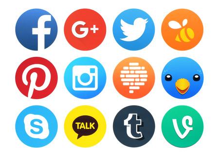 Kiev, Oekraïne - 23 februari 2016: De inzameling van populaire round social networking pictogrammen gedrukt op papier: Facebook, Google Plus, Twitter, Instagram, Confide, Swarm, Tumblr, Vine, Pinterest en andere Stockfoto - 52712599