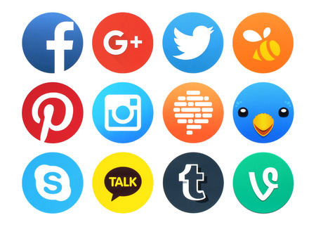 symbol: Kiev, Ucraina - 23 Febbraio, 2016: Collezione di icone popolari di social networking rotonde stampate su carta: Facebook, Google plus, Twitter, Instagram, Confide, Swarm, Tumblr, Vite, Pinterest e altri