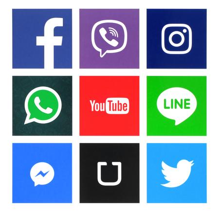 Kiev, Ucrania - 31 de mayo 2016: Colección de iconos de ventanas populares impresas en papel: Facebook, Twitter, Instagram, Línea, Youtube, Viber, Whatsapp, Messenger y Uber
