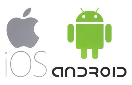 Kiev, Ucrânia - 26 de maio de 2016: Logotipos populares do sistema operacional, impressos em papel: Apple ios e Android