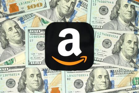Kijów, Ukraina - 13 czerwca 2016: ikona Amazon drukowane na papierze i umieszczony na tle pieniędzy. Amazon to amerykańska firma handel elektroniczny