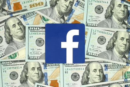 キエフ, ウクライナ - 2016 年 6 月 13 日: Facebook ロゴ サイン紙に印刷し、お金の背景上に配置します。Facebook はよく知られているソーシャルネットワー