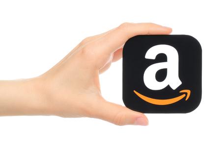 empresas: Kiev, Ucrania - 18 may, 2016: La mano sostiene Amazon icono impreso en papel. Amazon es una empresa de comercio electrónico de América Editorial