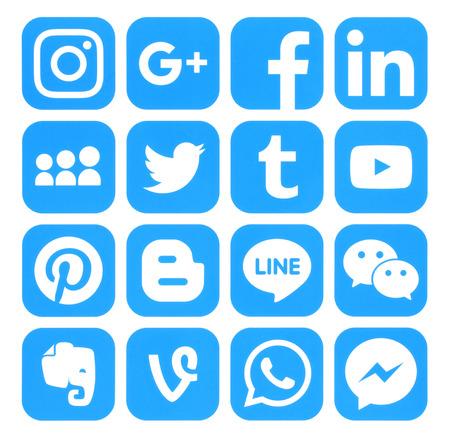 Kiev, Ucrania - Septiembre 06, 2016: Colección de iconos de redes sociales populares azules impresas en papel: Facebook, Twitter, Google Plus, Instagram, Pinterest, LinkedIn, Blogger, Tumblr y otros
