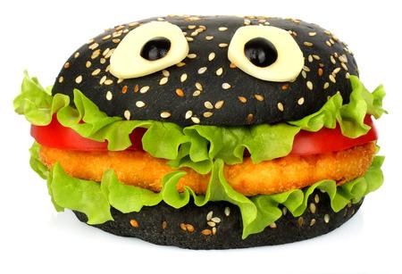 queso fresco blanco: Hamburguesa grande divertido negro poco con los ojos de queso y chuleta de pollo en el fondo blanco