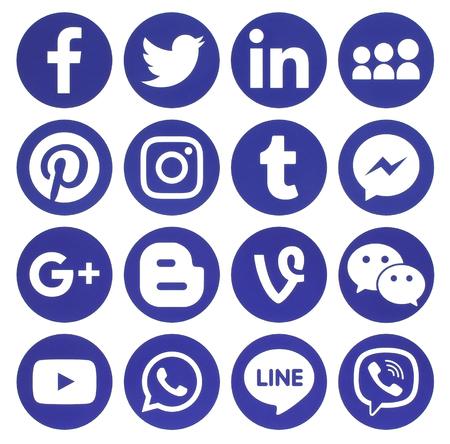 Kiev, Ucrania - 13 febrero 2017 Colección de iconos de redes sociales populares redonda azul, impreso en papel: Facebook, Twitter, Google Plus, Instagram, Pinterest, LinkedIn, Blogger, Tumblr y otros Editorial