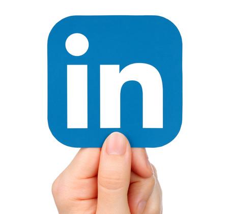 키예프, 우크라이나 -2006 년 1 월 20 일 : 손을 종이에 인쇄 된 LinkedIn 아이콘을 보유하고있다. LinkedIn은 잘 알려진 소셜 네트워크 서비스입니다.