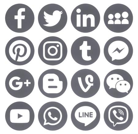 Kiev, Ucrania - 27 de abril de 2017: Colección de iconos populares de medios sociales redondos, impresos en papel: Facebook, Twitter, Google Plus, Instagram, Pinterest, LinkedIn, Blogger, Tumblr y otros.