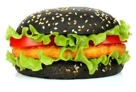 Big hamburger preto com chita de frango no fundo branco Imagens