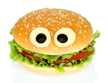 Big hamburger engraçado com olhos de queijo e costeleta de frango no fundo branco
