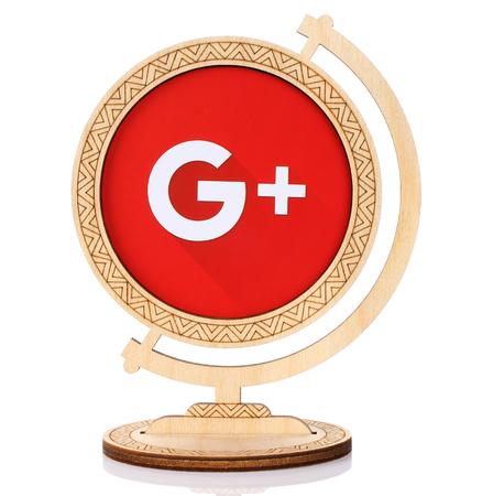 Kiev, Ucrânia - 03 de março de 2017: logotipo de papel Google Plus colocado no globo de madeira no fundo branco. O Google Plus é uma rede social baseada em interesses que é detida e operada pela Google Editorial