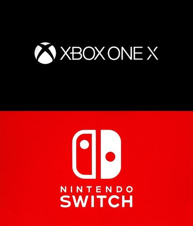 Kiev, Ucrânia - 21 de agosto de 2017: Coleção de logotipos populares de consoles de jogos: XBox One X e Nintendo Switch, impressos no papel branco
