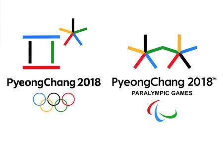 Kiev, Ucrânia - 18 de setembro de 2017: logotipos oficiais dos Jogos Olímpicos de Inverno de 2018 em PyeongChang, República da Coréia, de 9 de fevereiro a 25 de fevereiro de 2018, impressos em papel