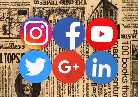 Kiev, Ucrânia - 03 de março de 2017: Ícones populares de redes sociais redondas, como: Facebook, Twitter, Instagram, Linkedin, Google Plus e Youtube impressos em papel e colocados em um fundo de jornal retro.
