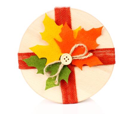 Conceito de outono da caixa presente com folhas secas no fundo branco Imagens