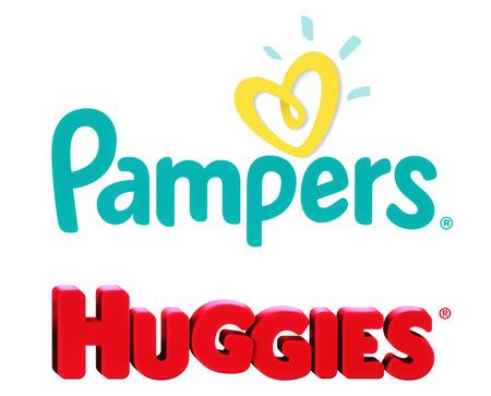 Kiev, Ucrânia - 27 de outubro de 2017: Coleção de marcas populares de fraldas para bebês: Pampers e Huggies, impressos em papel branco Editorial
