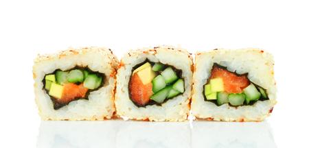 Pezzi di rotolo di sushi con salmone, riso, avocado, cetriolo e nori isolati su sfondo bianco. Delizioso cibo giapponese? Archivio Fotografico