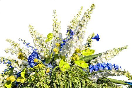 Belle composition florale de fleurs blanches et bleues et de feuilles panachées de plantes décoratives. Magnifique bouquet de différentes fleurs et plantes - travail floral élégant isolé sur blanc