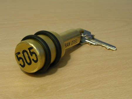 Hotel sleutel met zware messing zuiger fob  Stockfoto