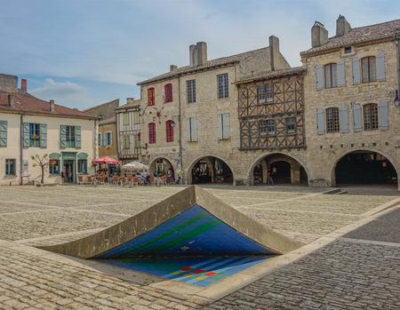Antica piazza del borgo medievale di Lauzerte in Francia con l'effetto del suolo rialzato