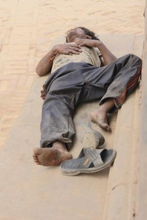 workingman: BHAKTAPUR, NEPAL - 05 de octubre: trabajador nepal� duerme al mediod�a siesta despu�s de haber trabajado toda la ma�ana del 5 de octubre de 2012 en la Plaza Durbar de Bhaktapur, Kathmandu Valley, Nepal.