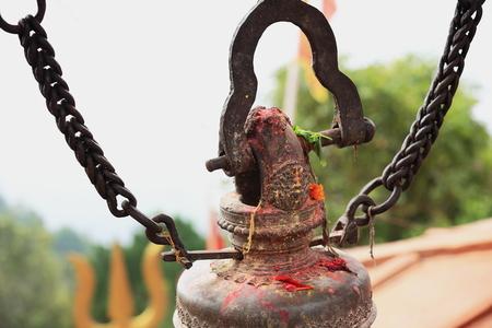 bell bronze bell: Campana de bronce antiguo colgando de cadenas-Kalika Mandir mostrando rastros de sangre de los sacrificios de animales que tienen lugar en el templo-Diosa Kali. Gorkha Durbar-Ciudad y el Distrito Gandaki Zone-Nepal.