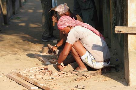 workingman: CHITWAN, NEPAL - 14 de octubre: el trabajo obreros locales en tareas de mantenimiento de las instalaciones del Programa de Conservaci�n de Gharial el 14 de octubre de 2012. Chitwan Nnal.Park y distr.-Narayani zona Nepal.