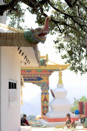 agachado: Namo Buda, Nepal - Octubre 16,2012: mujeres procesan soja y hierbas en el patio trasero de la parte superior de la AD-1978 VVKhenchen Thrangu Rinpoche fund� Thrangu Tashi Yangtse monasterio budista, el 16 de octubre de 2012. Namo Buda Kavrepalanchok di