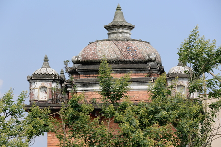 hinduist: Unidentified red brick-stupa style roofed temple with some blue-red-white stones embedded in concrete in the W.part of the old city area.Dhulikhel-Kavrepalanchok distr.-Bagmati zone-Nepal. Stock Photo
