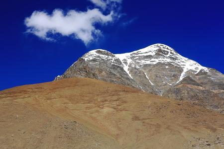 falltime: The 6110 ms.high mount Mungyu Zari seen towards the South from the 5036 ms.high Karo-La mountain pass in the Lhagoi Kangri range of the Himalayas. Lhoka or Shannan pref.-Tibet.